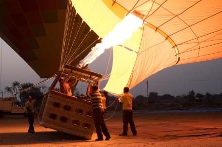 Hot air ballooning in Jaipur - preparing for take off